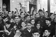 Jóvenes fascistas, los niños y las niñas, con uniformes del bando franquista en Irún después de que la ciudad fuese capturada por los rebeldes. 13 de noviembre 1936