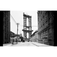 The legendary Manhattan Bridge under construction in the early 1900s. Designed by Leon Solomon Moisseiff, it opened to the public on December 32, 1909. #DUMBOHistory #DUMBO #Brooklyn #newyork #newyorkcity #manhattan www.dumbolifeandstyle.com