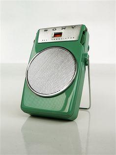 Sony All Transistor Radio Vintage Tv, Vintage Green, Pocket Radio, Retro Radios, Antique Radio, Transistor Radio, Record Players, Old Tv, Retro Design