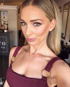 Anna Heinrich.. #makeup #beauty #glamourpuss #glamour #strobing #bronzer #rachelgilbert Anna Heinrich, Strobing, Glamour, Hoop Earrings, Make Up, Selfie, Beauty, Hair Styles, How To Wear