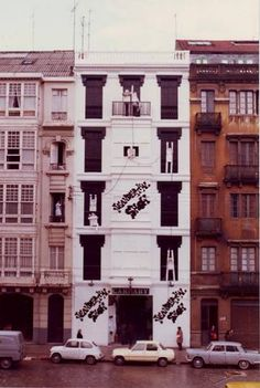 Tienda de moda Carnaby,Juan Florez en 1977,toda una revolución en este tipo de tiendas,cambiaba habitualmente la decoración interior y la fachada. foto Blanco Carnaby Street, Argos, Multi Story Building, Exterior, Urban, Album, Places, Sketch, Shops