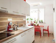 Snahou bylo vytvořit interiér, který zcela opustí zažitou atmosféru panelákového bytu. Kuchyňská linka je navržena v moderním jednoduchém stylu, kterému dominuje sytě červená barva malby a židliček. Pracovní deska, obklady, deska jídelního stolu a středová část panelu s vestavnými spotřebiči je z postformingu v imitaci ořechového dřeva. Bílá dvířka skříněk jsou lakována ve vysokém lesku, v bílém provedení je také granitový dřez a zásuvky.   Obývací pokoj je zařízen minimalisticky a v…