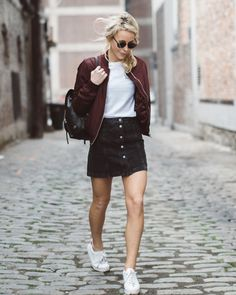 Ponte de nuevo el sayo. White t-shirt+black A-line denim skirt+white sneakers+burgundy bomber jacket+black backpack+sunglasses. Spring Casual Outfit 2017