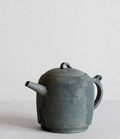 Teapot Artist: Takeshi Omura After graduating from the Arts & Sciences and… Pottery Teapots, Ceramic Teapots, Ceramic Pottery, Ceramic Art, Wabi Sabi, Japanese Ceramics, Japanese Pottery, Tea Bowls, Tea Ceremony