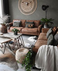 The rustic living room wall decor is indeed very eye-catching as well as lovely. Right here is a collection of rustic living room wall decor. Design Living Room, Cozy Living Rooms, New Living Room, Apartment Living, Apartment Chic, Living Area, Tan Sofa Living Room Ideas, Living Room Wall Colors, Bohemian Apartment
