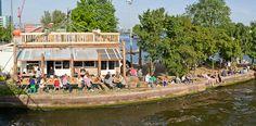Hanneke's Boom - Aan het water, vlakbij Centraal Station. Bij Hanneke kun je op een mooie dag heerlijk met je date in het zonnetje zitten aan een van de originele picknick tafels of op het dak van het café. Of binnen samen wegdromen terwijl je de boten het IJ op ziet varen. www.hannekesboom.nl