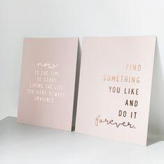 Diese zwei wunderschönen Poster auf 400g Karton mit Folienprägung sind ein Hingucker für jeden Arbeitsplatz.  Mit dem leichten Altrosa und der funkelnden Rosegold Folienprägung passen sie perfekt zu stylischen metallic Büroaccessoires und einer stilvollen Einrichtung.  Auch perfekt als Geschenk!  2x A4 Poster rosa auf 400g Karton mit Folienprägung