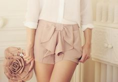 A white blouse, pale pink shorts with a bow in the center, plus a pale pink rosette clutch. Bow Shorts, Cute Shorts, Short Shorts, Passion For Fashion, Love Fashion, Fashion Beauty, Fashion 101, Fashion Killa, Brunettes