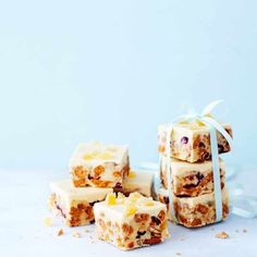 Try our ginger tiffin recipe with cranberry. This easy tiffin recipe is a simple tiffin recipe. Make these tiffin bites for an easy white chocolate tiffin Xmas Food, Christmas Cooking, Christmas Recipes, Christmas Foods, Christmas Treats, Cake Pops, Fridge Cake, Tiffin Recipe, Panna Cotta