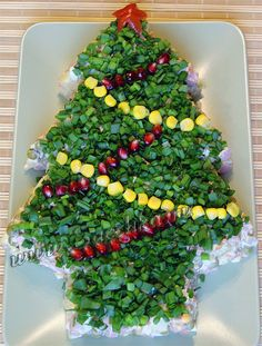 Olivier salad is made to the New Year's table in . - Olivier salad made to the New Year's table in the form of a Christmas tree. Christmas Salad Recipes, Christmas Appetizers, Easy Food Art, Top Salad Recipe, Olivier Salad, New Year Table, Food Carving, Food Garnishes, Veggie Tray