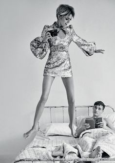 Stella Maxwell Channels Edie Sedgwick for Vogue Brazil Photographed in black and white, Stella Maxwe Edie Sedgwick, Stella Maxwell, Mod Fashion, 1960s Fashion, Vintage Fashion, Fashion Models, High Fashion, Twiggy Hair, Vogue Brazil
