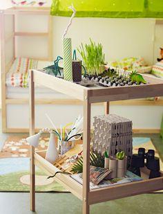 Table à langer IKEA en bois utilisée comme plan de travail pour des semis et des projets de revalorisation.