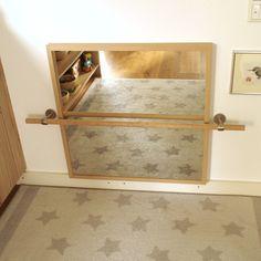 DIY-Montessori-Spiegel mit Haltestange Mirror with handrail Montessori Playroom, Baby Playroom, Montessori Toddler, Montessori Kindergarten, Montessori Materials, Baby Bedroom, Baby Room Decor, Kids Bedroom, Room Baby