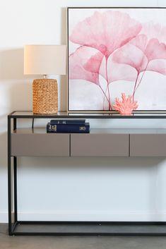 Console d'entrée 120 x 40 cm en métal avec plateau supérieur en verre et 3 tiroirs en bois peint. Ce meuble au style très contemporain s'intègre parfaitement dans une entrée et vous offrira de l'espace de rangement pour tous vos besoins. Look design moderne, le bois gris associé à des matières comme le verre et le métal sont des tendances déco et des valeurs sûres. Cette console peut également être utilisée dans un salon pour y installer une lampe par exemple. Console Style, Design Moderne, Floating Nightstand, Comme, Flat Screen, Furniture, Home Decor, Drawers, Grey Woodwork