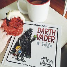 """@oliviasoaps en Instagram: """"Los tíos molones nos han traído Red Velvet y a """"Darth Vader e hijo"""" para celebrar que hace una semana estábamos empujando para traer a Fabio a este mundo! (Y que nos quede claro que lo guay no es que fuese el día de la madre, que lo verdaderamente genial es que nació el día internacional de la Guerra de las Galaxias, y que la fuerza lo va a acompañar siempre!) #maythefourthbewithyou #4demayo""""(https://instagram.com/oliviasoaps)"""