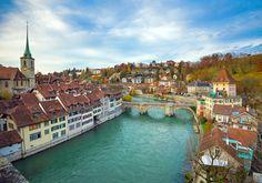 絵に描いたような美しさを誇るスイスの首都ベルン。ベルンの旧市街はアーレ川が急角度で歪曲しているその中にすっぽりと収っています。当時の状態がほぼそのままの姿で残っているその保存状態の良さから、世界文化遺産に指定されています。