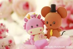 Handmade lovely Dragon and cute Mouse wedding cake topper. També es pot fer amb FIMO