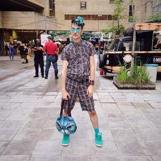 Domingão no @mercadomundomixoficial edição especial #afro Genty dá vontade de comprar tudo q tem aqui pelo amor de Deus me salvem!!!! Hj tem uns shows bafaneyros vem pra cá!! [ @bebath ] #freegender #nogender #genderlight #genderbender #style #stylelover #streetstyle #converse by leandrodario