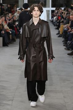 Last look from the Louis Vuitton Men's Fall-Winter 2017 Fashion Show by Kim Jones, presented in the Palais Royal in Paris, France. Men Fashion Show, Fashion Show Collection, Men's Collection, Mens Fashion, High Fashion, New York Street Style, Street Look, Louis Vuitton 2017, Louis Vuitton Homme