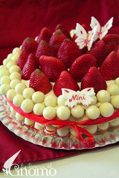 Tarta de fresas y nata con chocobolas blancas decorando.....hhmmmmm