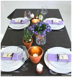 Her kan du se et forslag på borddækning med blomster, forårsløg og bloklys. Borddækning med en ekstra detalje Som en ekstra detalje til bordpynten har jeg sprayet med guldspray, ned i de urtepotter…