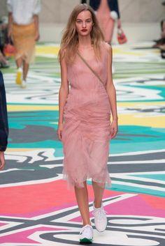 Burberry Prorsum – Londra Moda Haftası 2015 ilkbahar - Burberry'nin CEO'su olan Christopher Bailey'in idaresindeki Burberry Prorsum'un Londra moda haftasında 2015 ilkbaharı/yazı için ready-to-wear (hazır giyim) koleksiyonu;
