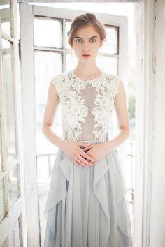 Grey wedding dress // Iris de CarouselFashion en Etsy https://www.etsy.com/es/listing/244272182/grey-wedding-dress-iris
