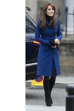 Per questo look a strati, Kate ha scelto un cappotto blu di Christopher Kane a un paio di stivali al ginocchio neri in suede: la Duchessa, qui, è in viaggio per Dundee, in Scozia.