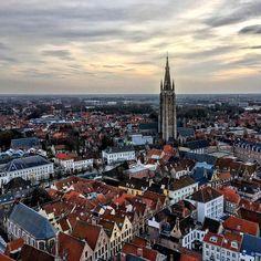 Сегодня самый короткий день в году, зимнее солнцестояние и начало астрономической зимы. В Брюгге сегодня +15. Интересно, что столько же было полгода назад в день летнего солнцестояния, когда начиналось астрономическое лето. #брюгге #бельгия #архитектура #