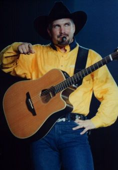 Garth wearing a yellow shirt Country Music Artists, Country Singers, Shameless Garth Brooks, Call Me Claus, The Power Of Music, Education Humor, Classic Songs, Celebrity Travel, Yellow Shirts