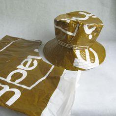 Chapeau de pluie en upcycling de sac plastique.