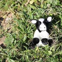 Monísima vaquita de peluche de tan solo 15 centímetros de tamaño, pero eso no es ningún inconveniente para nuestra vaquita ya que dicen que en bote pequeño está la buena confitura. Así que este peluche es todo dulzura y suavidad en un tamaño reducido para que los niños se la puedan llevar donde quieran. Aunque hay que tener en cuenta que las vacas son animales tranquilos por lo que quizás esté mejor reposando encima de tu camita.