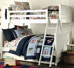 déco chambre enfant - lit à deux étages, literie à motifs voiture et couvertures patchwork