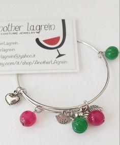 Bangle con perle in agata e charms, bracciale colorato, bracciale rigido, bracciale ciondoli fiore, braccialetto taglia unica