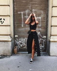 casual completely black midi skirt outfit with old Skool-Vans . - Healthy Skin Care - casual completely black midi skirt outfit with old Skool vans # Midi Rock Outfit, Outfit Chic, Midi Skirt Outfit, Black Midi Skirt, Skirt Outfits, Stylish Outfits, Ootd Chic, Dress Ootd, Heels Outfits