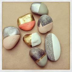 The best DIY projects & DIY ideas and tutorials: sewing, paper craft, DIY. Diy Crafts Ideas Pretty gold leaf stones and painted rocks. Kids Crafts, Diy And Crafts, Craft Projects, Arts And Crafts, Idee Diy, Diy Décoration, Home And Deco, Stone Painting, Rock Painting