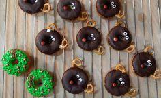 Koko Suomi leipoo -ohjelman voittaja Liisa Westerberg näyttää, miten donitsi muuttuu Petteri Punakuonoksi tai joulukranssiksi.