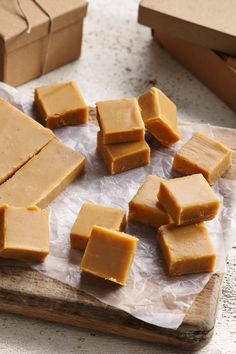 This recipe makes really soft, melt in the mouth British-style fudge. A batch of super-creamy fudge makes a brilliant present for family and friends at birthdays and Christmas. Creamy Fudge Recipe, Fudge Recipes, Dessert Recipes, Delicious Desserts, Yummy Food, Breakfast Dessert, Homemade Chocolate, Confectionery, British Style