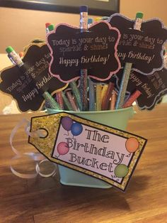 Make you own: Teachers.Ever forget a students birthday?Create a Birthday Bucket so you can prevent this for the upcoming school year! Easy classroom birthday gift for students from teachers. 3rd Grade Classroom, Kindergarten Classroom, Future Classroom, School Classroom, Classroom Setting, Classroom Decor, Classroom Gifts For Students, Kindergarten Open House Ideas, Year 3 Classroom Ideas
