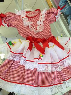 vestido-caipira-avental-babado-no-peito Vestidos Country, Country Dresses, Pretty Little Dress, Little Dresses, Baby Doll Clothes, Baby Dolls, Baby Sewing, Beautiful Children, Crochet