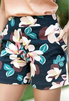 Bermuda Bella I like this Summer Outfits For Teens, Spring Outfits, Shorts Bonitos, Chic Outfits, Fashion Outfits, Look Office, Chor, Cute Shorts, Floral Shorts