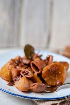 Καλαμάρια κοκκινιστά με πατάτες και σελινόριζα και πετιμέζι. Αμέ.   WonderFoodLand English, Meat, Chicken, Food, Essen, English Language, Meals, Yemek, Eten