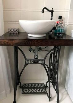 5 creative ideas for bathroom furniture made from reused materials – diy bathroom ideas Sewing Machine Tables, Antique Sewing Machines, Sewing Table, Furniture Projects, Furniture Making, Furniture Makeover, Diy Furniture, Rustic Furniture, Diy Projects