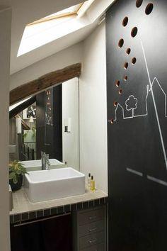 Camouflage ingénieux pour une salle de bains sous les toits