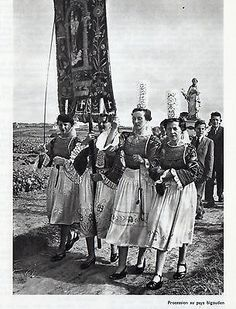 29-PROCESSION-AU-PAYS-BIGOUDEN-IMAGE-1974-PRINT Photo Vintage, Illustrations, Traditional Outfits, Images, Portraits, France, Costumes, Bracelets, Clothing