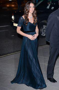 KATE MIDDLETON Para su primer acto oficial del año, como invitada de honor de la National Portrait Gallery en Londres, la Duquesa de Cambri...
