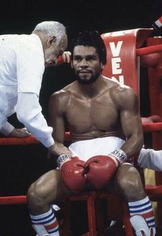 Roberto Duran 'Hands of Stone' Karate, Boxe Mma, Boxe Fight, Trx, Boxing Tattoos, Hands Of Stone, Boxing Images, Boxing Posters, Martial