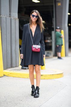 Easy dress + Balenciaga boots. Look Fashion, Trendy Fashion, Spring Fashion, Autumn Fashion, Fashion Outfits, Fashion 2015, New York Street Style, Spring Street Style, Street Chic