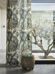 Gordijn Laos Toppoint. Natuurlijke materialen voor de raamdecoratie. Kijk daarom eens bij de gordijnen van linnen of katoen. Deze stoffen geven de dessins van planten of bladeren een nog natuurlijker uitstraling. Dit is gordijn Laos. #Toppoint #gordijnen #botanisch
