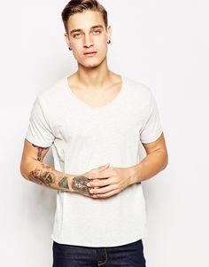 T-Shirt von Pull&Bear weiches Jersey U-Ausschnitt reguläre Passform - entspricht den Größenangaben Maschinenwäsche 67% Baumwolle, 33% Polyester Unser Model trägt Größe M und ist 185,5 cm/6 Fuß, 1 Zoll groß